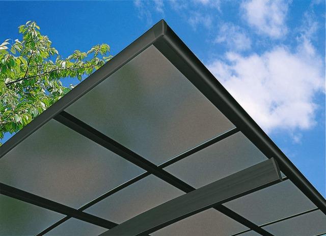 ↑スタンダードカーポートグランシリーズ共通 屋根ふき材:熱線遮断FRP板 (アッシュグレイ 見上げ B7_B7:カームブラック_XCXX0593