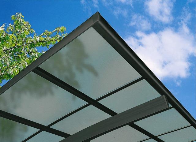 ↑スタンダードカーポートグランシリーズ共通 屋根ふき材:熱線遮断ポリカ (クリアマット 見上げ B7_B7:カームブラック_XCXX0591
