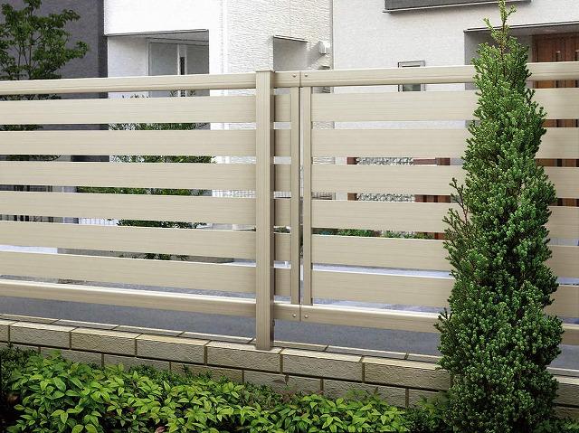↑ルシアス フェンス F04型 横半目隠し〈家屋側 T80 H2 Z9(自由柱施工_部分_XFXX0651