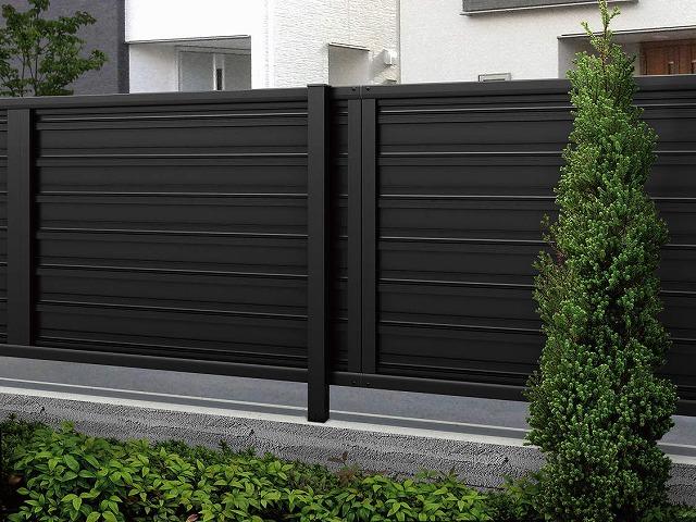↑ルシアス フェンス F02型 横目隠し〈家屋側 T80 B7 YF(自由柱施工_部分_XFXX0762