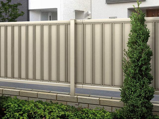 ↑ルシアス フェンス F01型 たて目隠し〈家屋側 T80 H2 YF(自由柱施工_部分_XFH20454