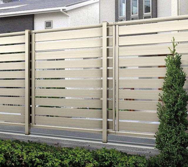 ↑ルシアス フェンス F04型 横半目隠し〈家屋側 T120 H2 Z9(自由柱施工_部分_XFH20560