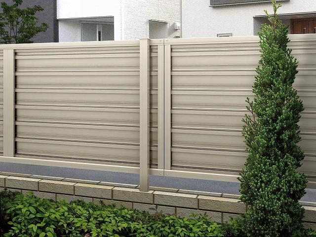 ↑ルシアス フェンス F02型 横目隠し〈家屋側 T80 H2 YF(自由柱施工_部分_XFH20452