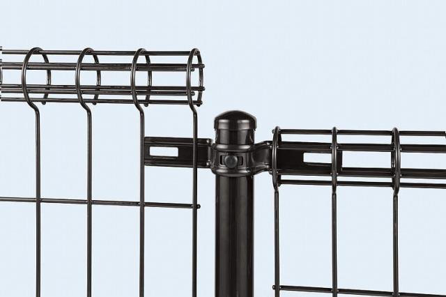 ↑イーネット フェンス2M型〈間仕切柱タイプ 施工説明 上部 柱に固定金具を取付け TM_部分_XFXX0553